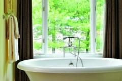 Elegant free-standing soaking tub